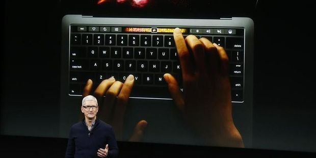 Apple-CEO presenteert de MacBook Pro met touchscreen.